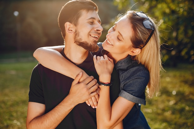 Elegante amorevole coppia in piedi in un parco. Foto Gratuite
