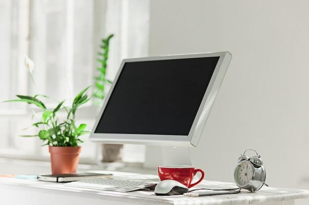 Elegante area di lavoro con computer a casa o in studio Foto Gratuite