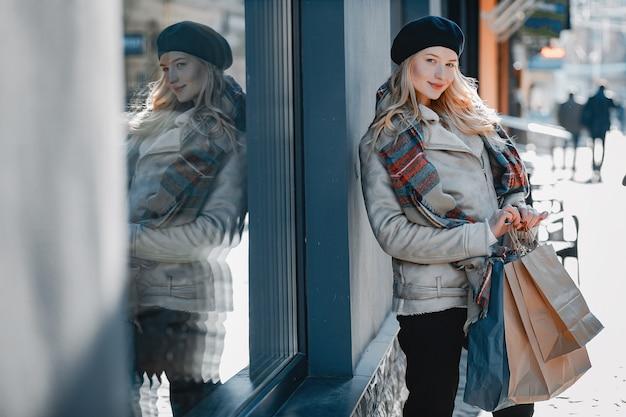 Elegante bionda carina che cammina in una città Foto Gratuite