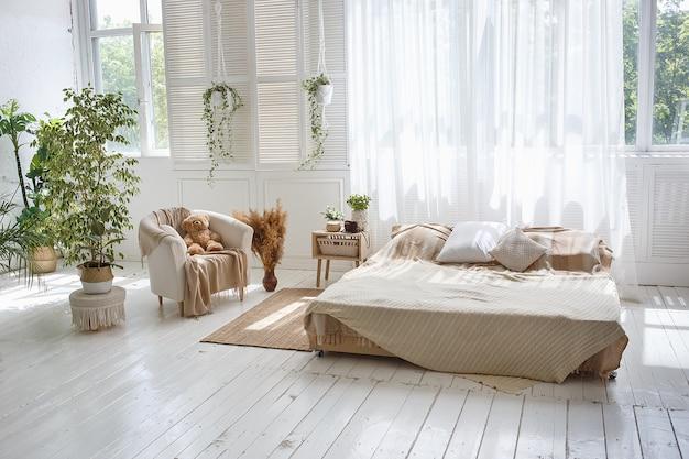 Elegante camera da letto accogliente loft con letto matrimoniale, poltrona Foto Premium