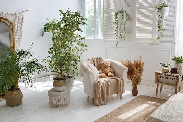 Elegante camera da letto accogliente loft con poltrona e orsacchiotto Foto Premium