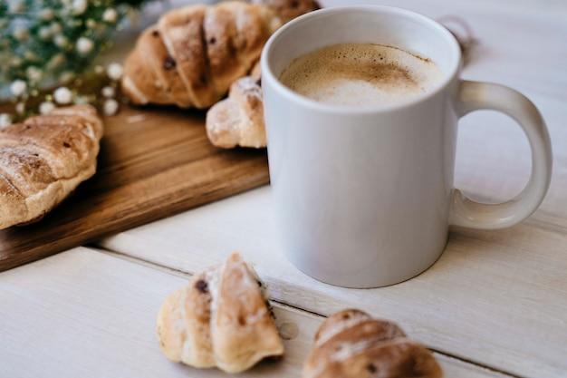 Elegante colazione con caffè e croissant Foto Gratuite