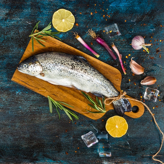 Elegante composizione alimentare sana con pesce Foto Gratuite