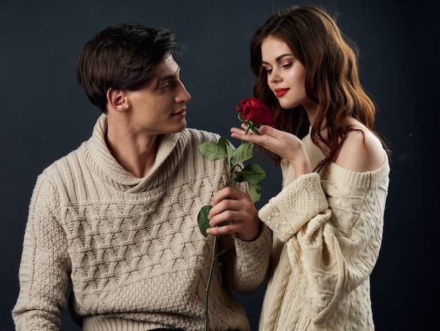 Elegante giovane coppia uomo e donna, relazioni sessuali, coppia di modelli, superficie scura Foto Premium