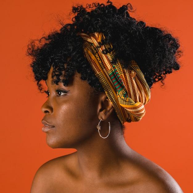 Elegante giovane donna afro-americana nuda in studio Foto Gratuite