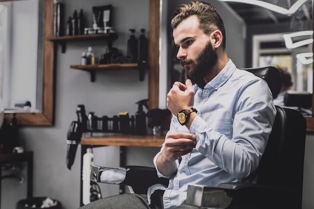Elegante giovane nel negozio di barbiere scaricare foto