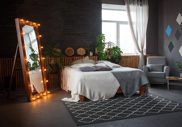 Elegante loft accogliente soggiorno con letto matrimoniale, poltrona Foto Premium