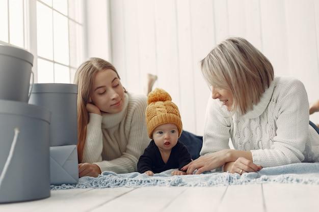 Elegante nonna a casa con la figlia e il nipote Foto Gratuite