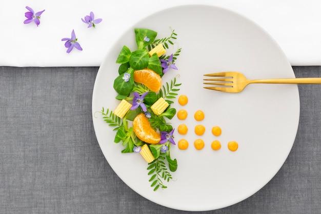 Elegante piatto con forchetta dorata vista dall'alto Foto Gratuite