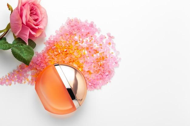 Elegante profumo femminile con rosa Foto Premium