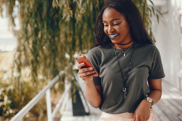 Elegante ragazza nera in una città estiva Foto Gratuite
