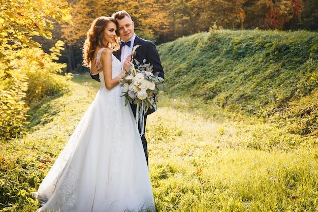 Elegante sposa riccia e elegante sposo Foto Premium