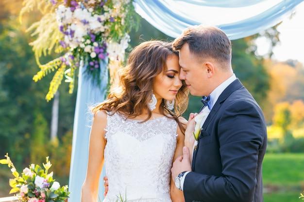 Elegante sposa riccia e sposo felice Foto Premium