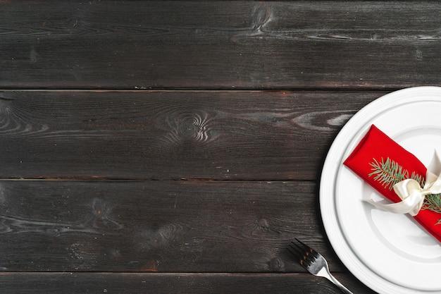 Elegante tavolo con decorazioni festive su superficie di legno Foto Premium