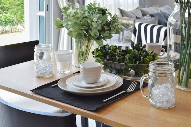 Elegante tavolo in stile moderno sala da pranzo interna Foto Premium