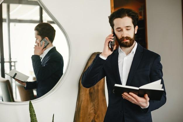 Elegante uomo d'affari che lavora in un ufficio Foto Gratuite