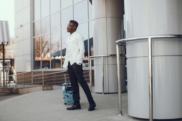 Elegante uomo nero Foto Gratuite