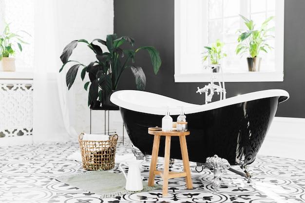 Elegante vasca da bagno con elementi da bagno Foto Gratuite