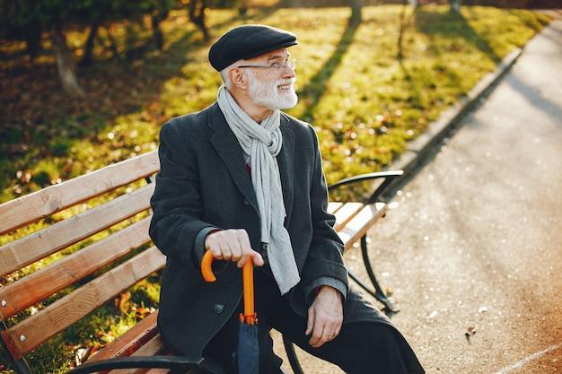 Elegante vecchio in un parco soleggiato autunno Foto Gratuite