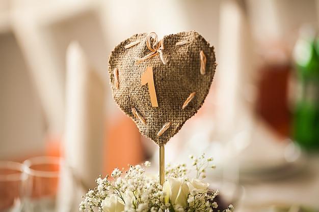 Elegantemente arredato con gusto con fiori e accessori nella sala del ristorante Foto Premium