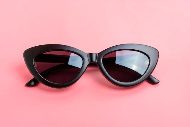 Eleganti occhiali da sole neri isolati su rosa alla moda Foto Premium