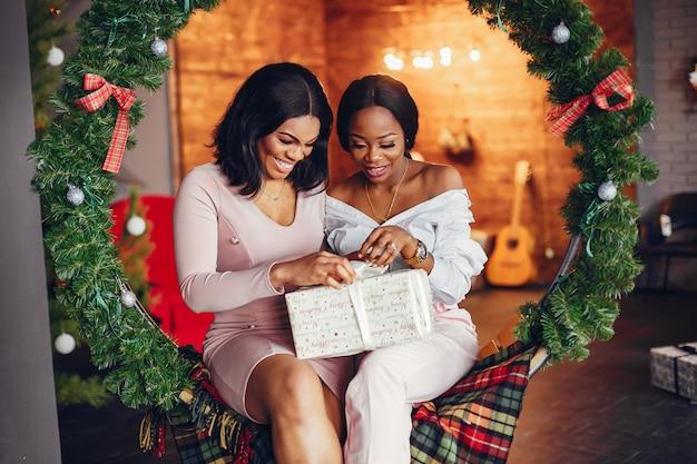 Eleganti ragazze nere nelle decorazioni natalizie Foto Gratuite