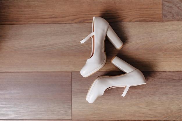 Eleganti scarpe da donna per feste e matrimoni, abiti da sposa e dettagli Foto Premium