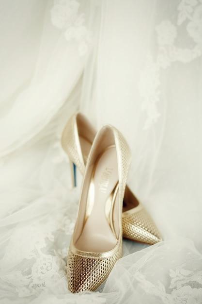 Scarpe Sposa Dorate.Eleganti Scarpe Dorate Stanno Sul Velo Da Sposa In Pizzo Foto Gratis