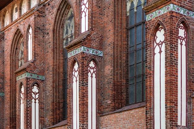 Elementi architettonici, volte e finestre della cattedrale gotica. muri di mattoni rossi. kaliningrad, russia. isola di immanuel kant. Foto Premium