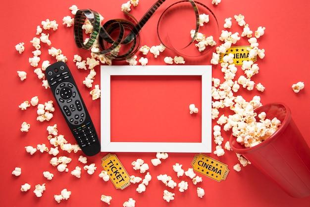 Elementi del cinema e cornice bianca su sfondo rosso Foto Gratuite