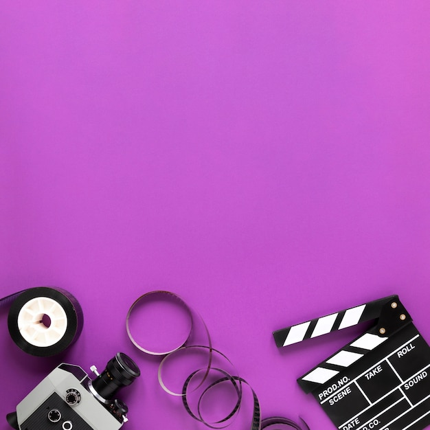 Elementi del cinema su sfondo viola con spazio di copia Foto Gratuite