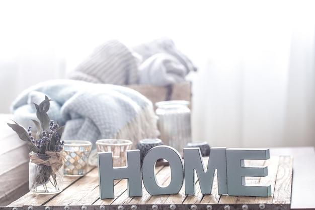 Elementi di arredamento accogliente a casa sul tavolo del soggiorno Foto Premium