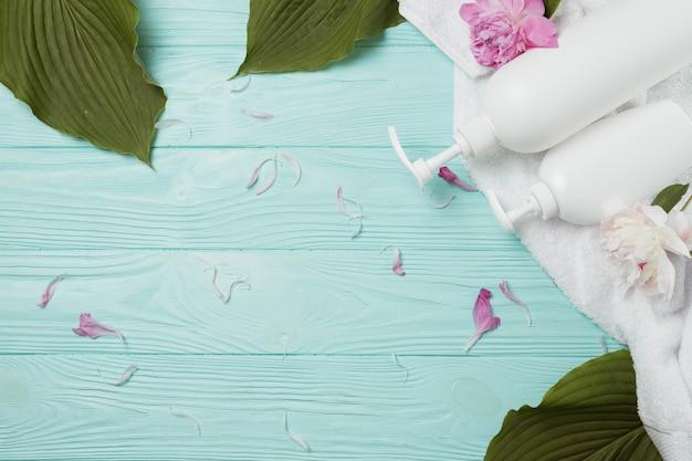 Elementi naturali per spa con beauty cream Foto Gratuite