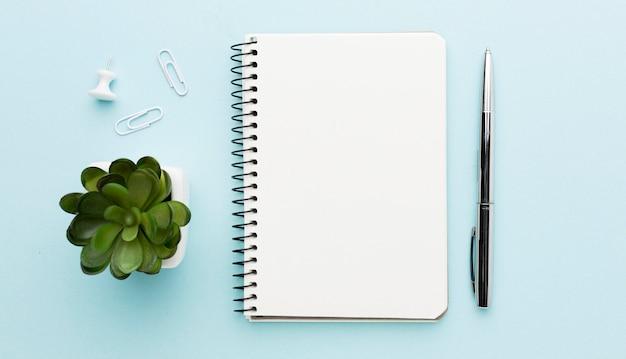 Elementi piani dello scrittorio di disposizione su fondo blu Foto Gratuite