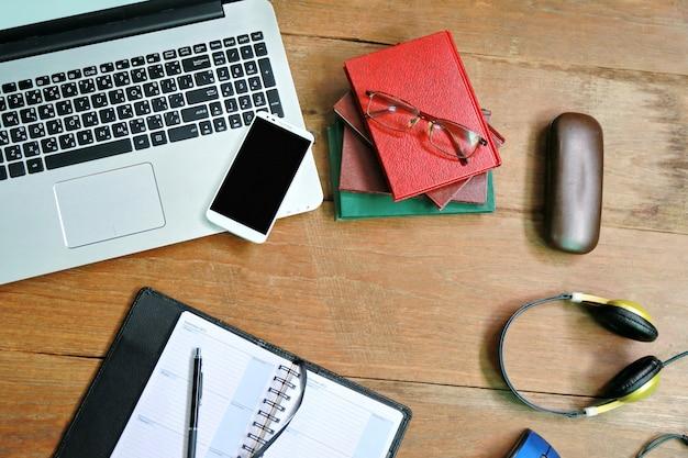 Elenco telefonico del computer portatile sulla tavola di legno Foto Premium