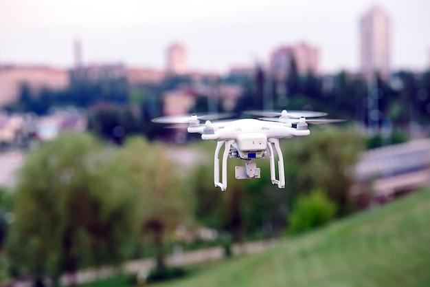 Elicottero quad drone con fotocamera digitale ad alta risoluzione che vola in volo sopra la città Foto Premium