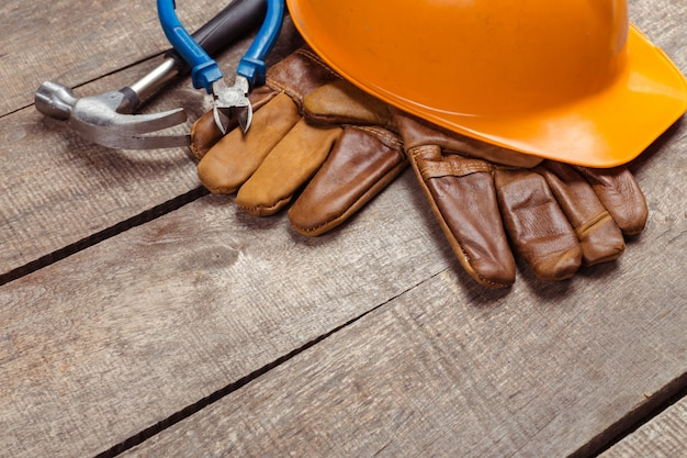 Elmetto protettivo e vecchi guanti di pelle Foto Premium