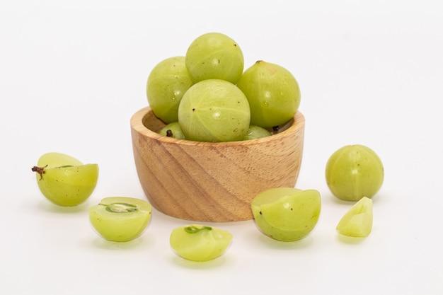 Emblica di phyllanthus o isolato indiano di frutti dell'uva spina. conosciuto anche come emblic, emblic myrobalan, myrobalan. Foto Premium