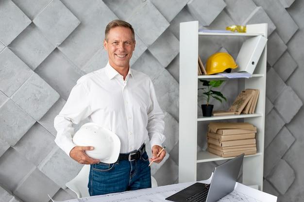 Emoticon architetto in ufficio Foto Gratuite