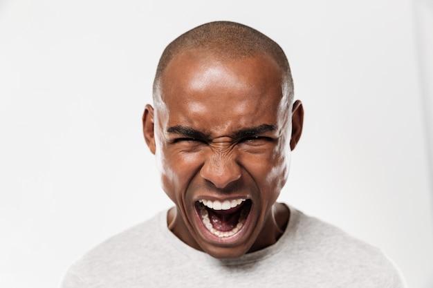 Emotivo urlando giovane africano Foto Gratuite