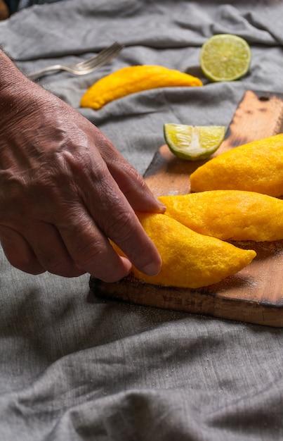 Empanadas colombiani, fatti di carne e fritti nell'olio. Foto Premium