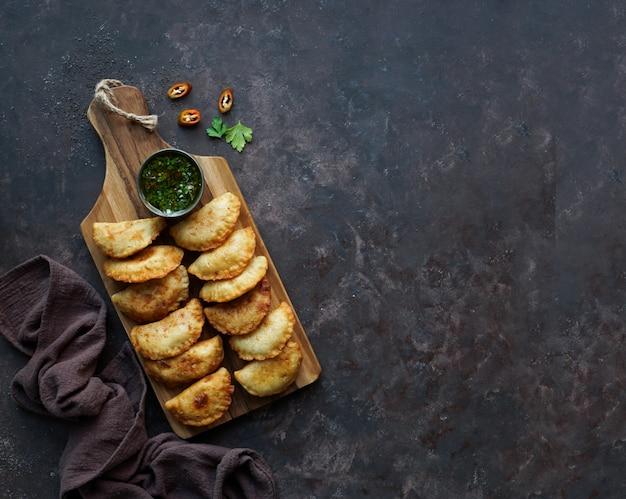 Empanadas fritte con salsa. vista dall'alto. Foto Premium