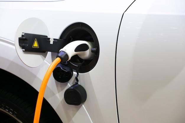 Energia di caricamento di un'automobile elettrica nella repubblica ceca di praga Foto Premium