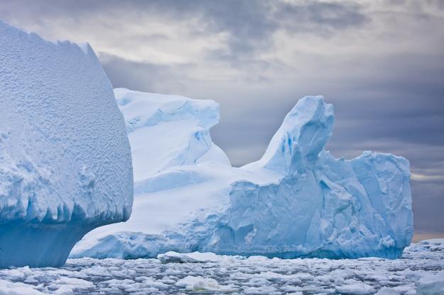 Enorme iceberg in antartide Foto Premium