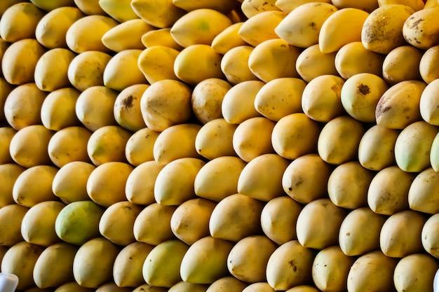 Enorme sfondo di mango lungo il cibo di strada e frutta fresca Foto Premium