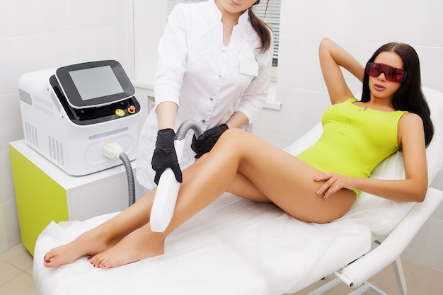 Epilazione laser e cosmetologia nel salone di bellezza. procedura di depilazione epilazione laser, cosmetologia, spa e depilazione Foto Premium