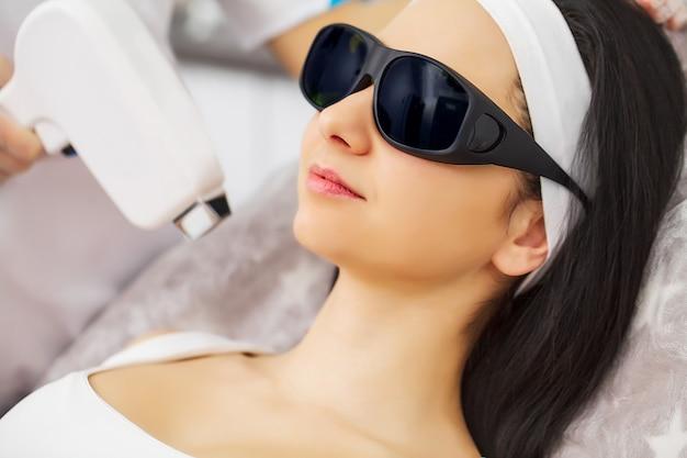 Epilazione laser e cosmetologia presso la clinica di bellezza estetica spa Foto Premium