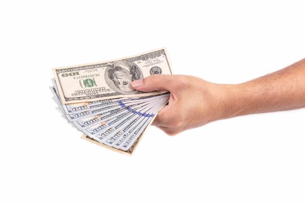Equipaggi il dollaro della holding della mano isolato su priorità bassa bianca Foto Premium