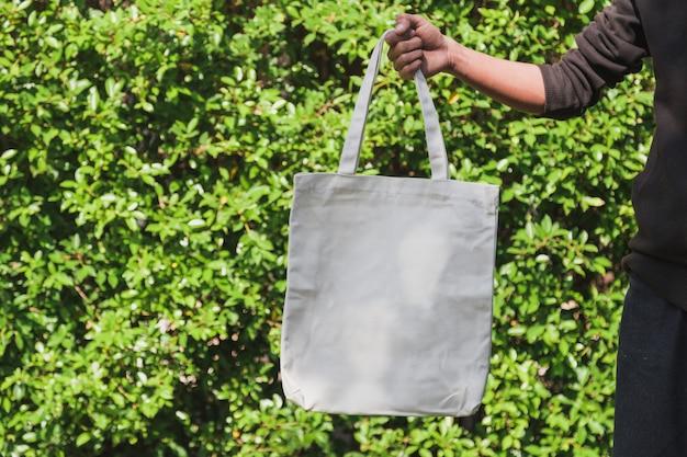 Equipaggi il tessuto della tela della borsa della tenuta per il modello, concetto dell'ecologia. Foto Premium