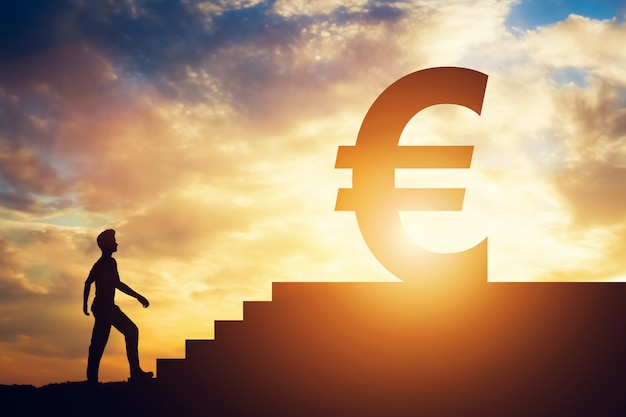 Equipaggi la condizione davanti alle scale con l'euro segno sulla cima Foto Premium